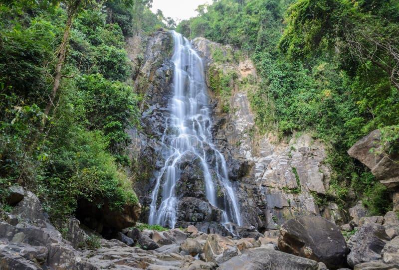 Cascada tropical de la selva tropical en Tailandia fotos de archivo libres de regalías