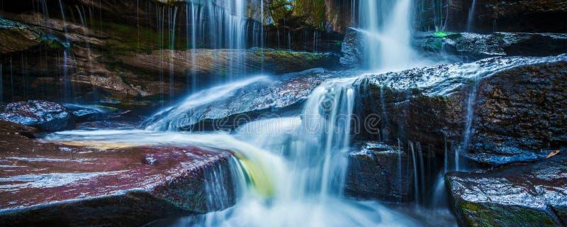 Cascada tropical en panorama de la selva foto de archivo