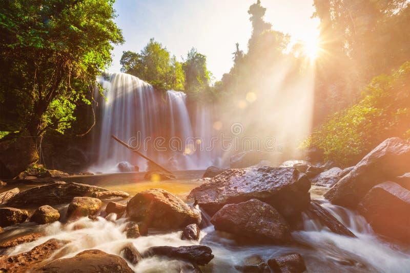 Cascada tropical por la mañana fotografía de archivo