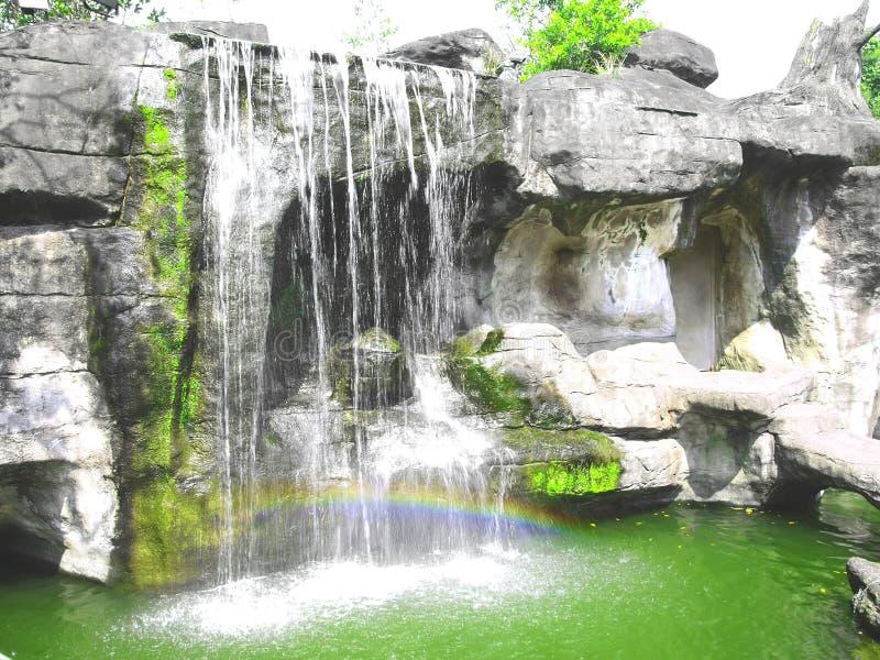 Cascada y arco iris fotos de archivo libres de regalías