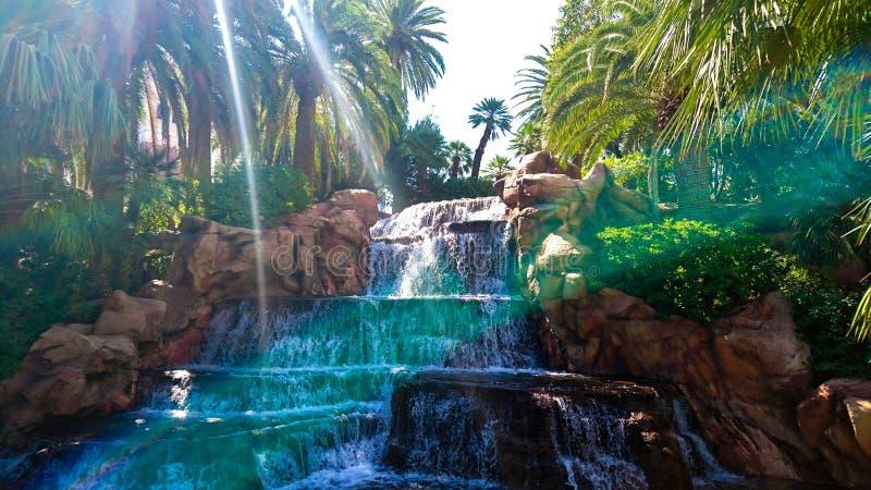 Cascada y arco iris en el espejismo, Las Vegas fotografía de archivo libre de regalías