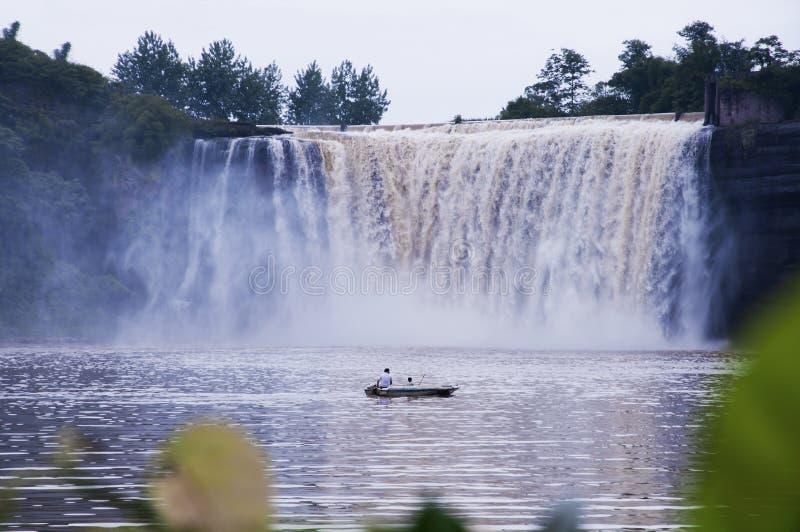 Cascada y barco foto de archivo