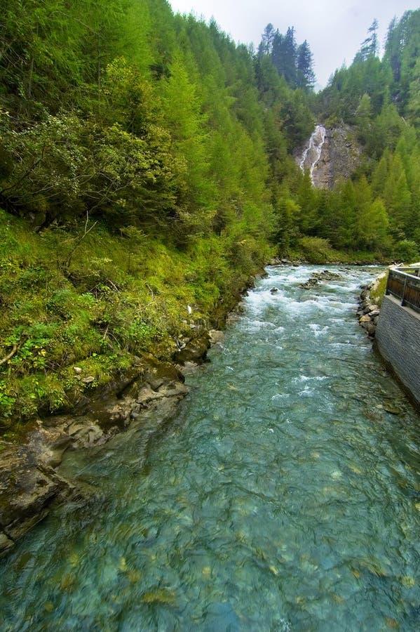 Cascada y río en Austria fotos de archivo