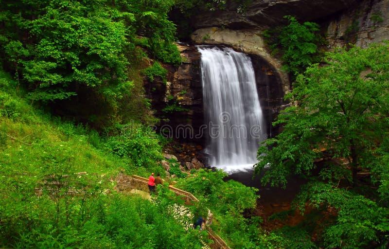 Cascada y rastro de la montaña fotos de archivo