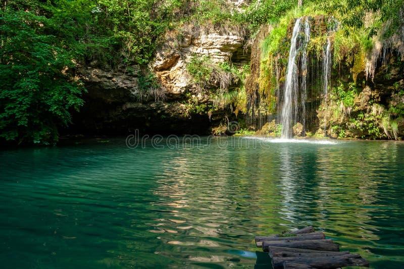 Cascada y un lago hermoso de la laguna para relajarse en el bosque del verano fotos de archivo