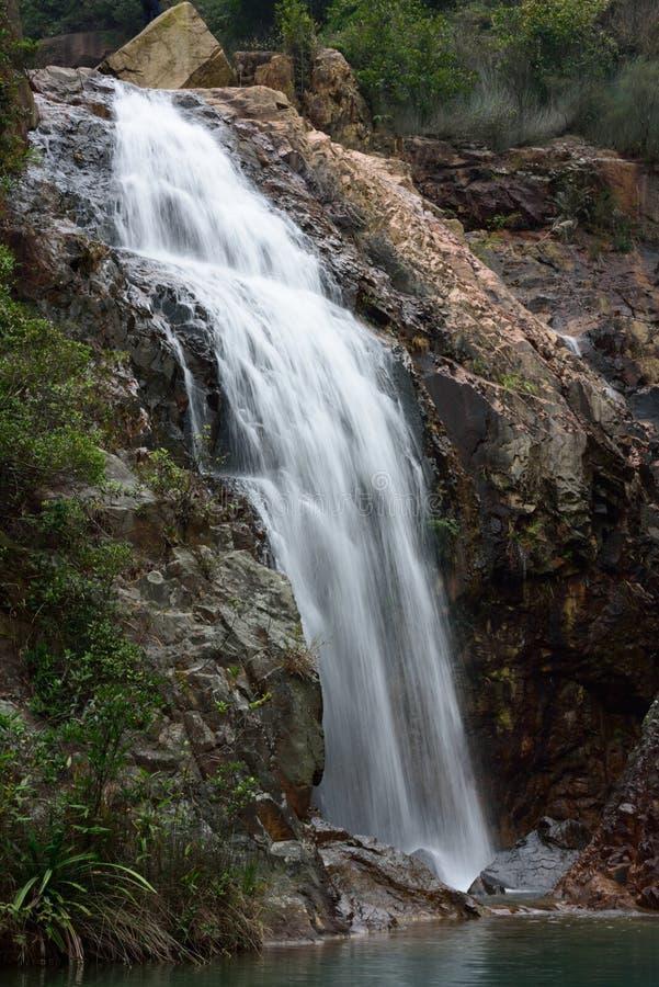Cascadas acometidas oficial de la montaña foto de archivo
