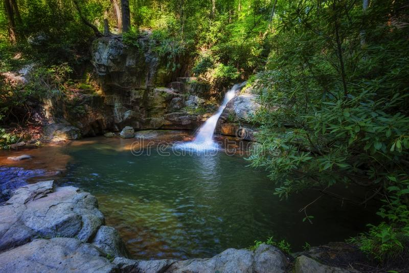 Cascadas azules del agujero en bosque del Estado cherokee imagenes de archivo