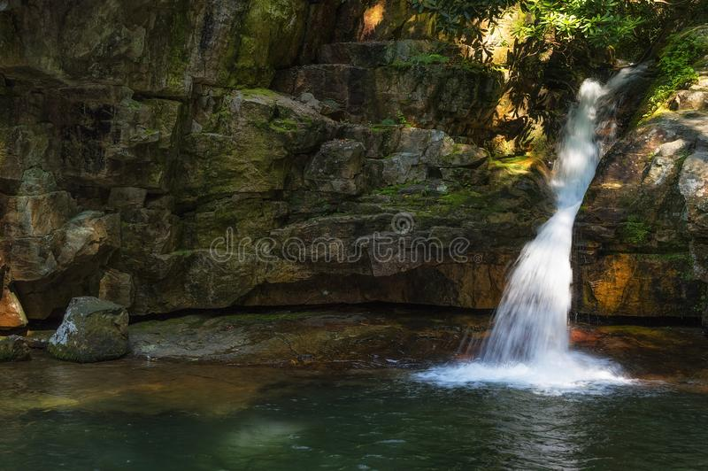 Cascadas azules del agujero en bosque del Estado cherokee fotos de archivo