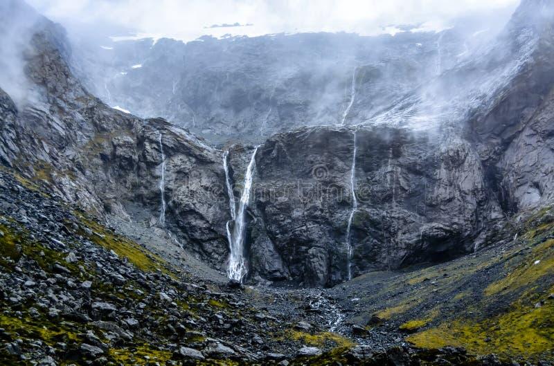 Cascadas brumosas después de la lluvia imagenes de archivo