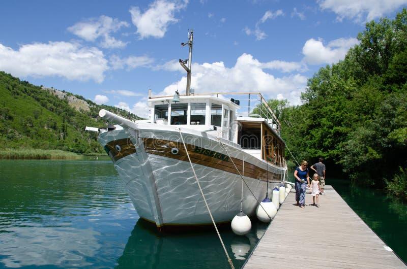 Cascadas de Croacia Turistas que dejan transporte del barco al punto de las cascadas Punto turístico en el parque nacional de Dal imagen de archivo libre de regalías