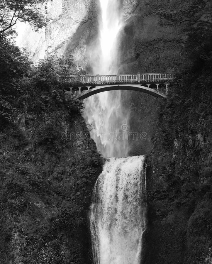 Cascadas de Multnomah con el puente imagen de archivo libre de regalías
