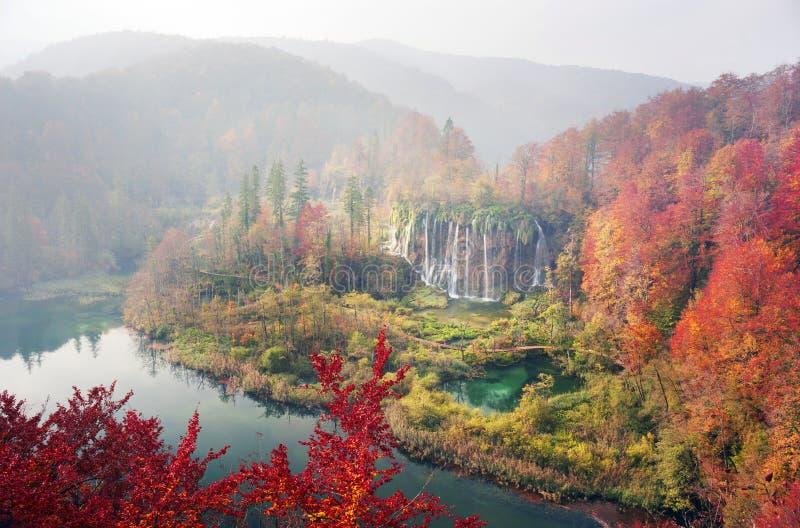 Cascadas de Plitvice en la caída imagenes de archivo