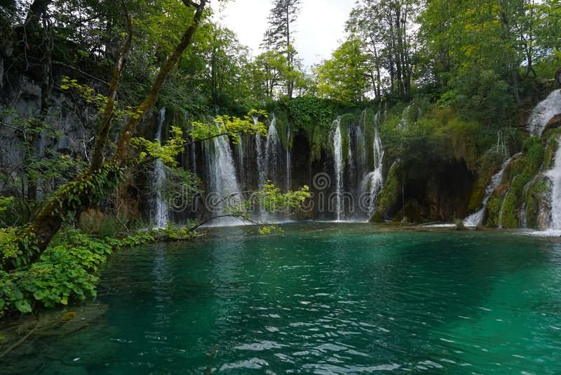 Cascadas en el lago de la montaña imagen de archivo libre de regalías