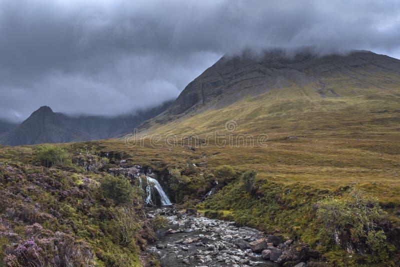 Cascadas en Escocia con las nubes pesadas foto de archivo