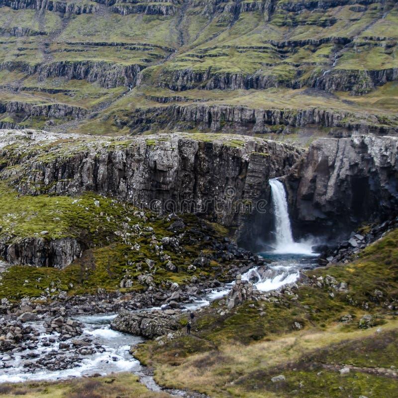 Cascadas en las montañas imagen de archivo libre de regalías