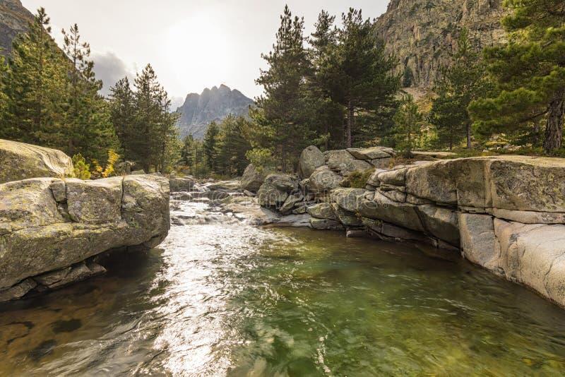 Cascadas en las montañas del valle de Restonica en Córcega fotos de archivo