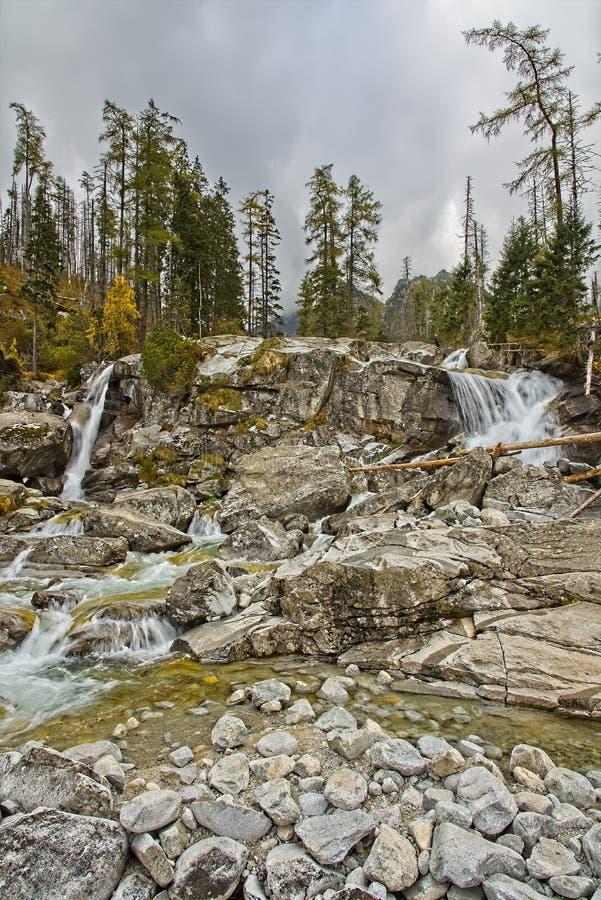 Cascadas frías del crujido - cascada gigante fotografía de archivo