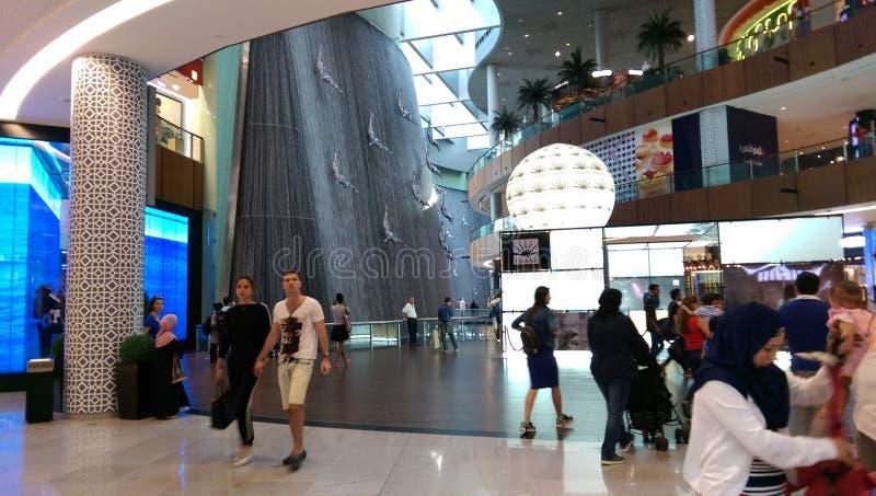 Cascadas humanas en la alameda de Dubai imagen de archivo libre de regalías