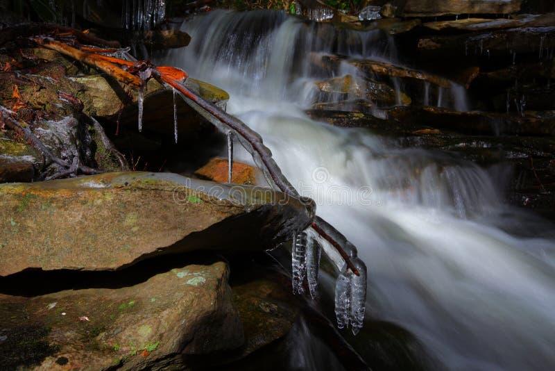 Cascadas sedosas en las montañas en invierno imágenes de archivo libres de regalías