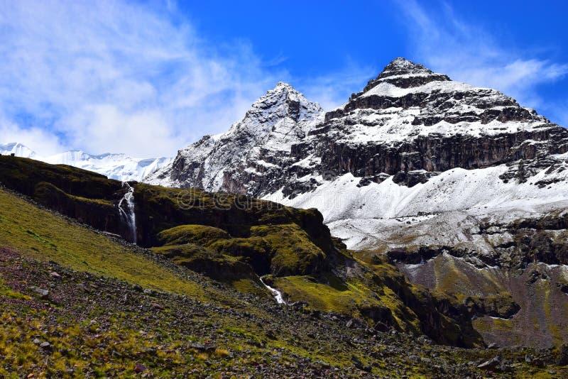 Cascadas y casquillos de la nieve imagen de archivo libre de regalías