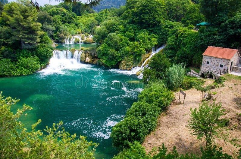 Cascadas y molino de piedra, parque nacional de Krka, Dalmacia, Croacia imagen de archivo