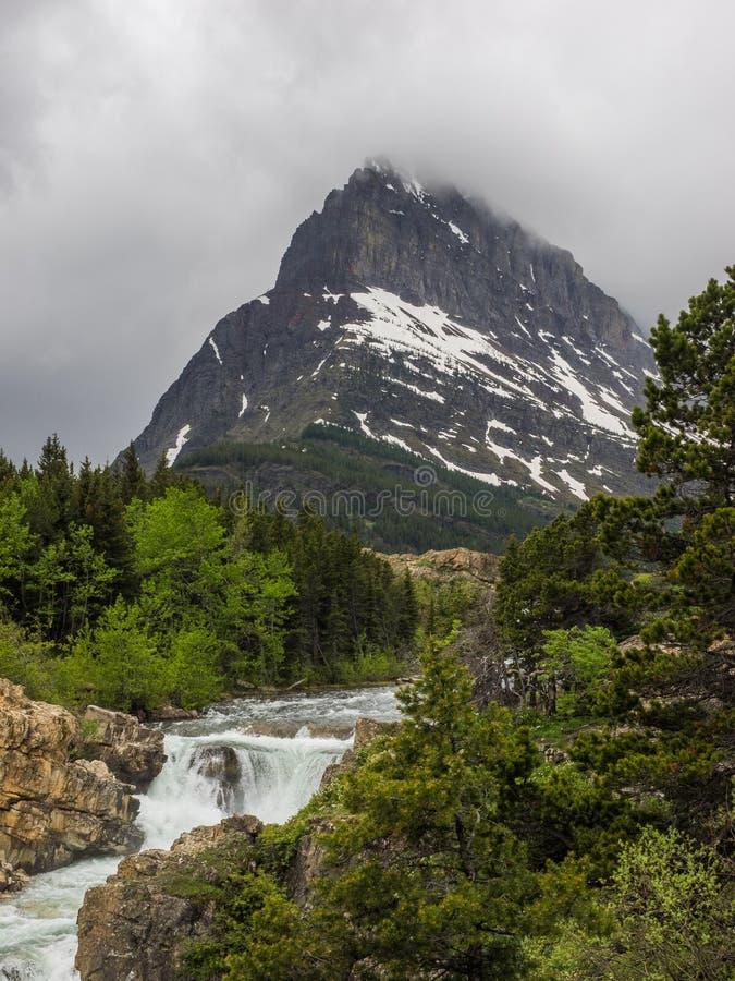 Cascadas y montaña capsulada nieve fotos de archivo