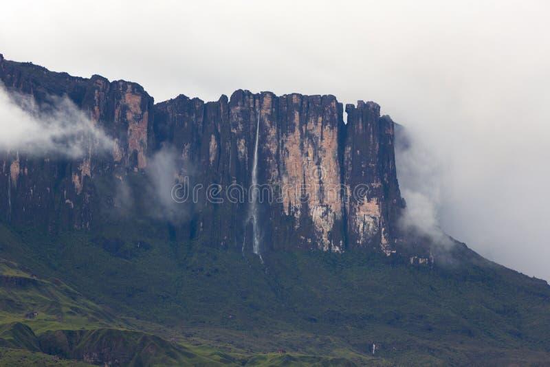 Cascadas y nubes en el tepui o el soporte Roraima de Kukenan Venezue fotografía de archivo