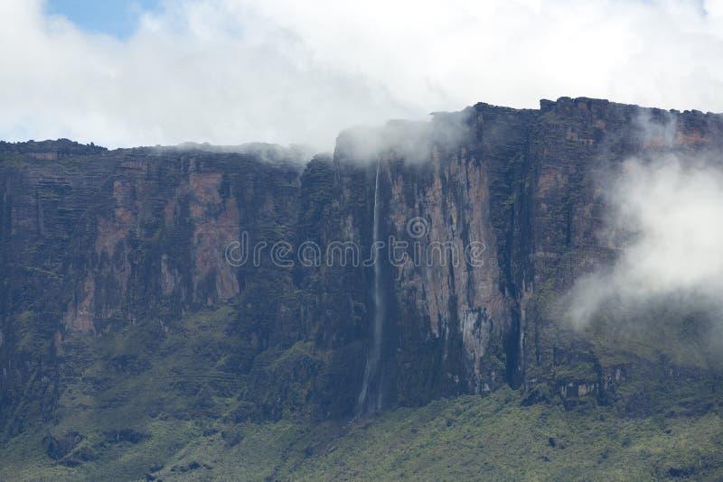 Cascadas y nubes en el tepui o el soporte Roraima de Kukenan Venezue imagen de archivo libre de regalías