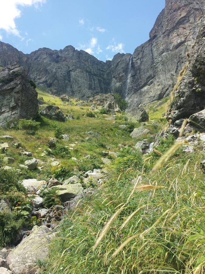 Cascade à écriture ligne par ligne dans la montagne photo libre de droits