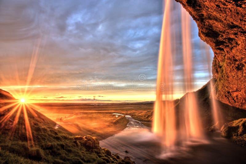 Cascade à écriture ligne par ligne de Seljalandfoss au coucher du soleil, Islande photographie stock libre de droits
