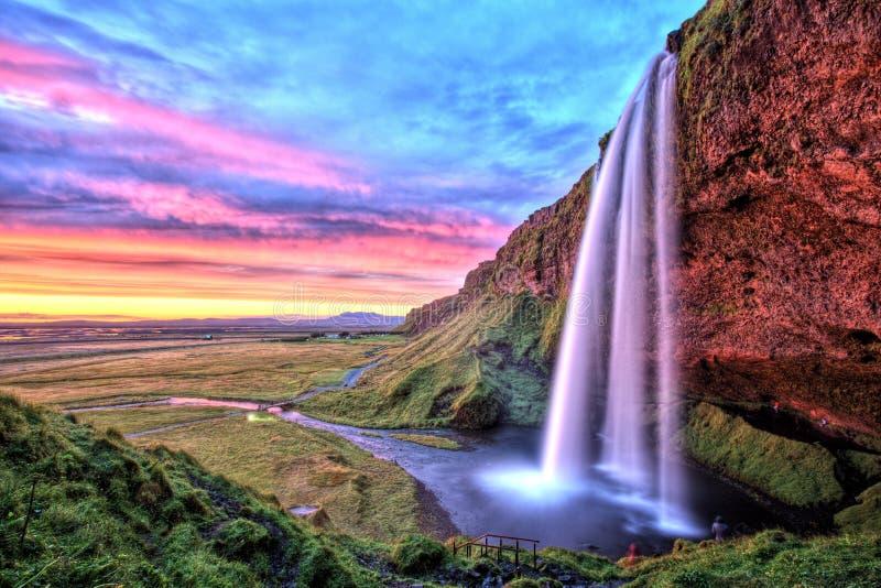 Cascade à écriture ligne par ligne de Seljalandfoss au coucher du soleil, Islande images libres de droits