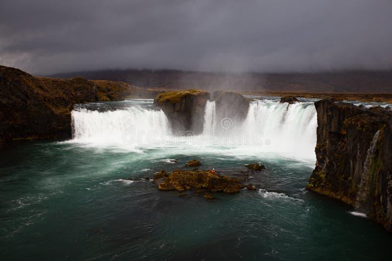 Cascade à écriture ligne par ligne islandaise Godafoss image stock