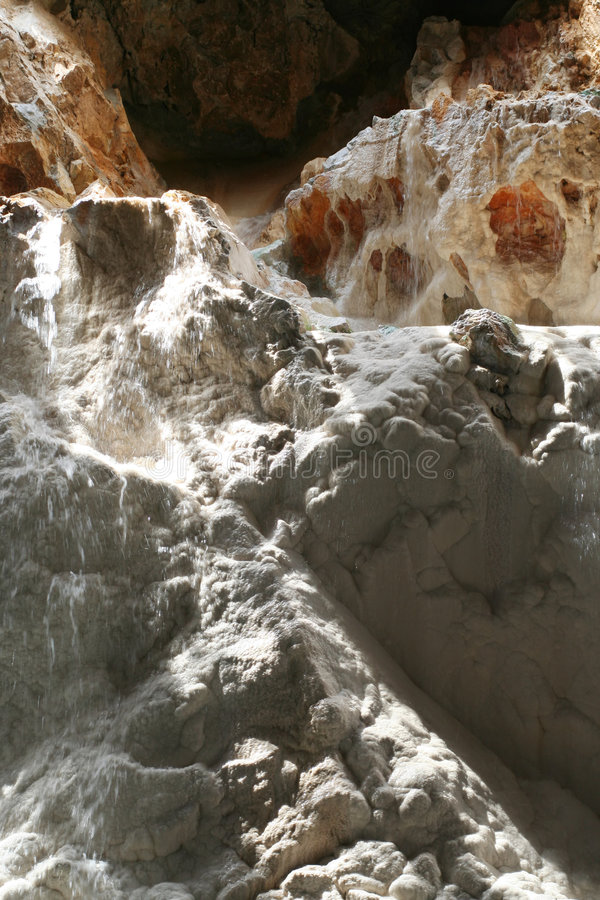 Cascade à écriture ligne par ligne à l'intérieur de caverne photos libres de droits