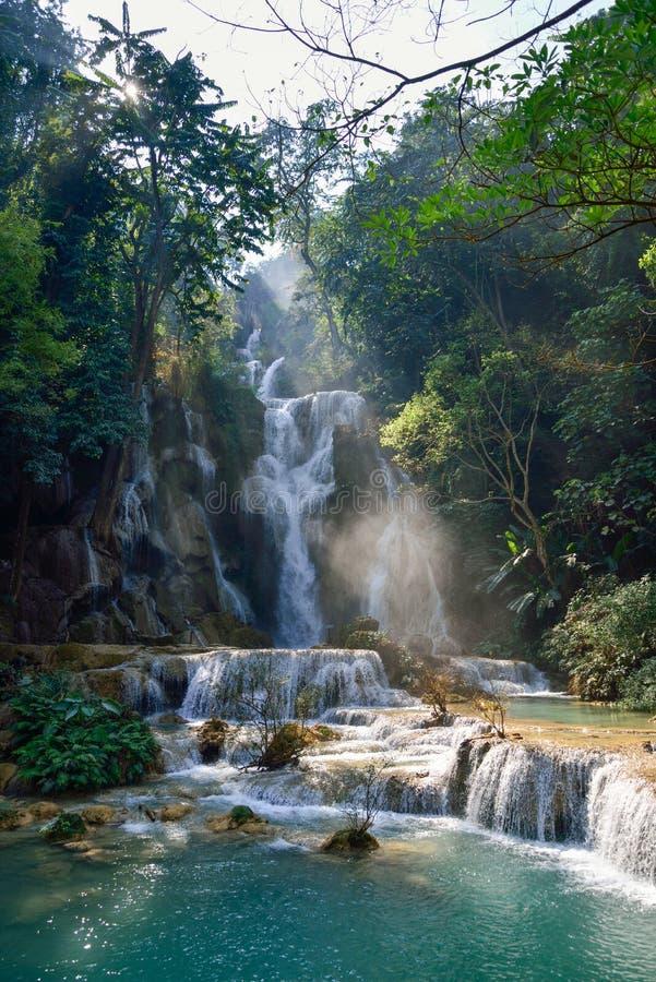 Cascade à écriture ligne par ligne au Laos image stock