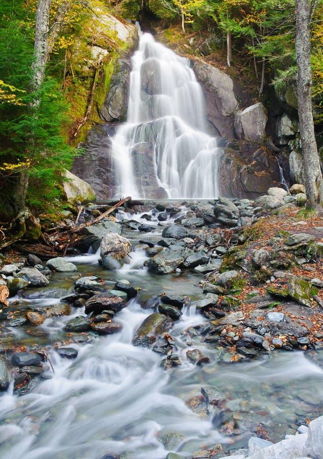 Cascade à écriture ligne par ligne d'automne en Nouvelle Angleterre images stock