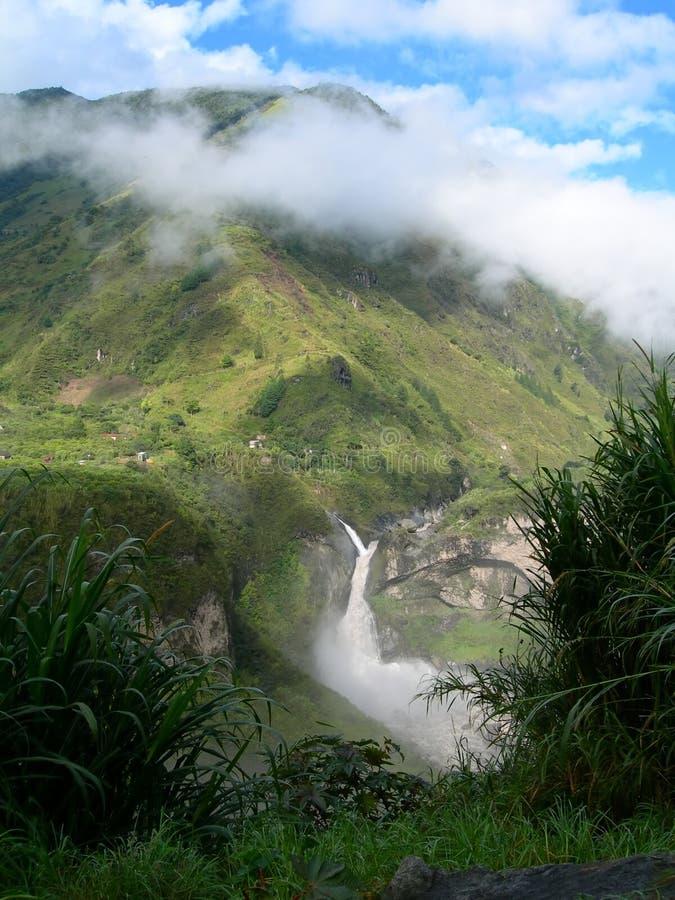 Cascade à écriture ligne par ligne dans la forêt humide équatoriale photographie stock