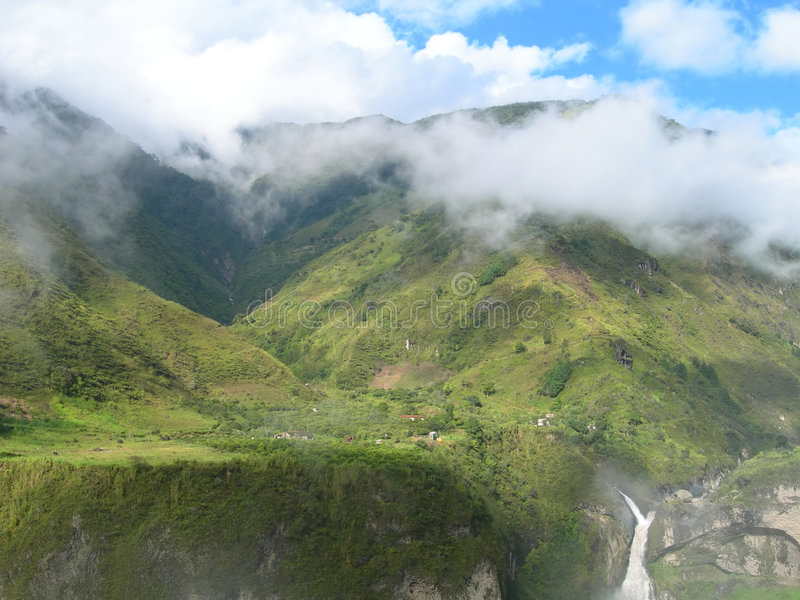 Cascade à écriture ligne par ligne dans la forêt humide équatoriale photos libres de droits