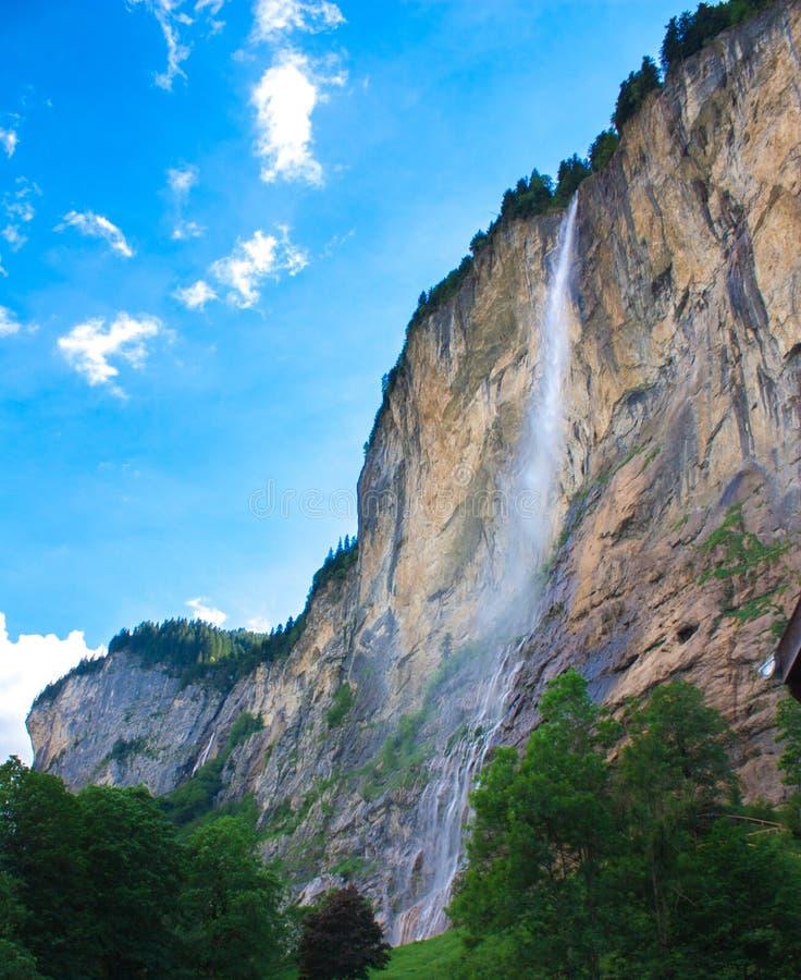 Cascade à écriture ligne par ligne dans la montagne photos libres de droits