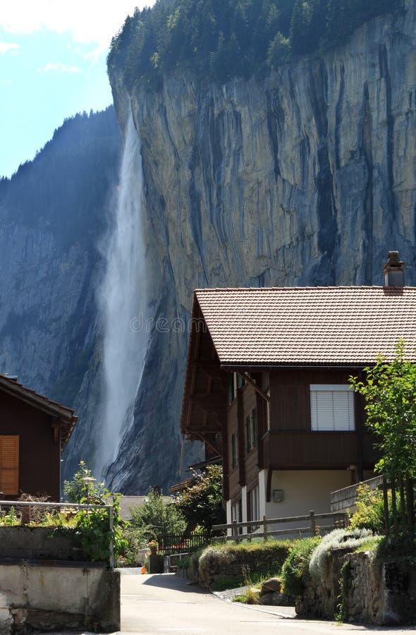 Cascade à écriture ligne par ligne dans le village suisse de Lauterbrunnen photo stock