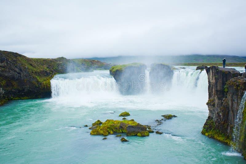 Cascade à écriture ligne par ligne de Godafoss en Islande nordique photos stock