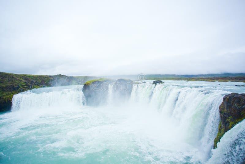 Cascade à écriture ligne par ligne de Godafoss en Islande nordique photo stock