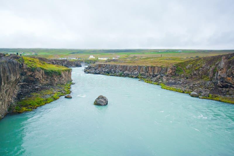 Cascade à écriture ligne par ligne de Godafoss en Islande nordique images stock