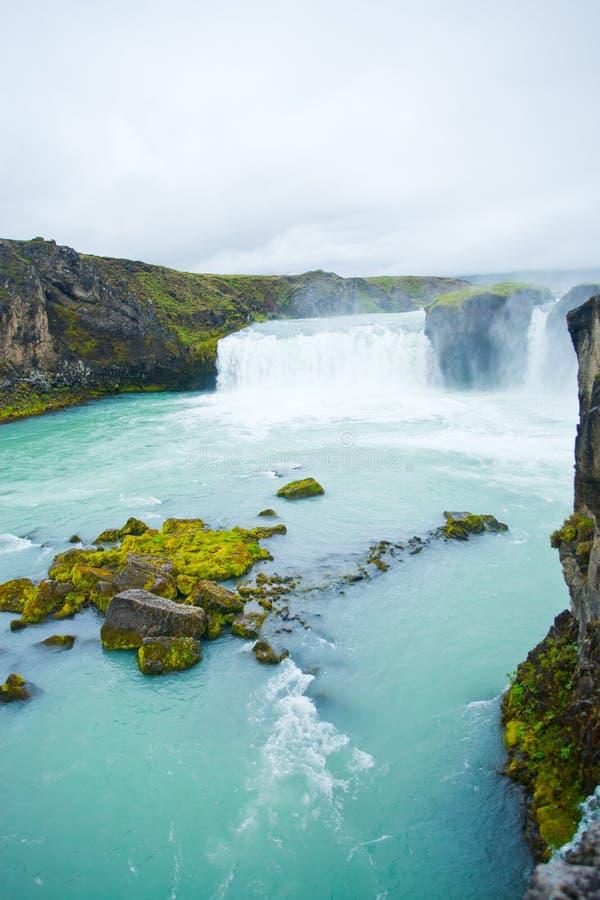 Cascade à écriture ligne par ligne de Godafoss en Islande nordique image libre de droits