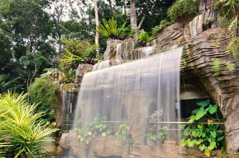 Cascade à écriture ligne par ligne de jardin botanique image libre de droits