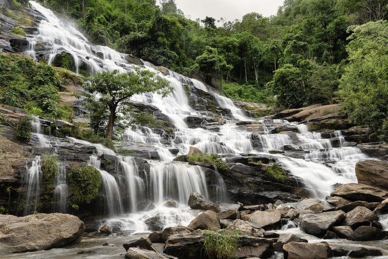Cascade à écriture ligne par ligne de Mae Ya, Chiang Mai, Thaïlande photo stock
