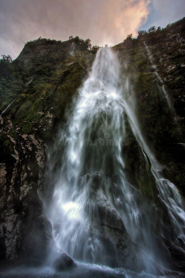 cascade à écriture ligne par ligne de Milford Sound image stock