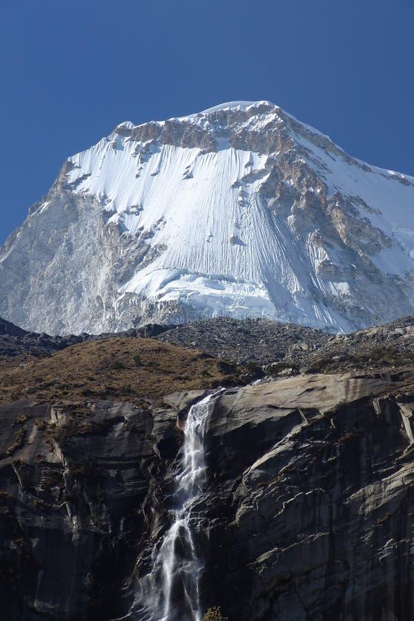 Cascade à écriture ligne par ligne de montagne photo libre de droits