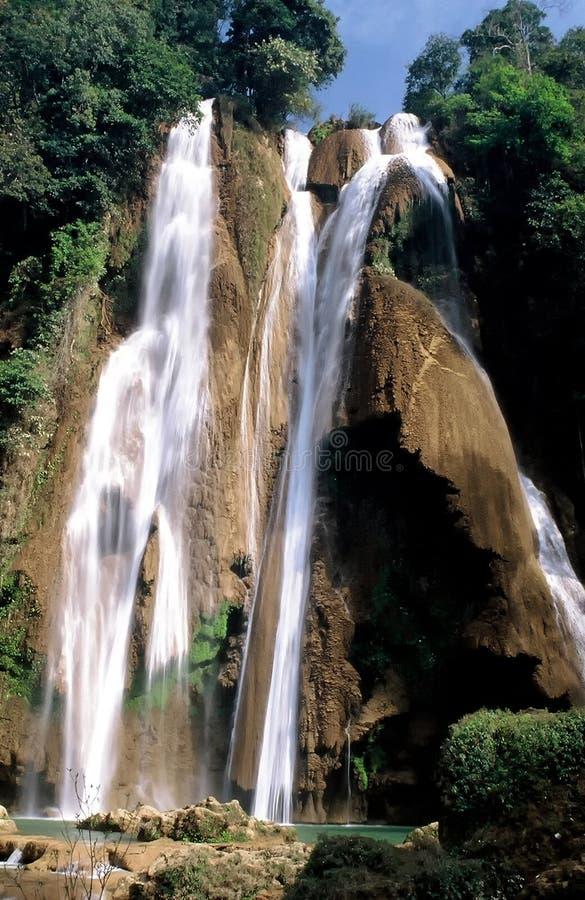 cascade à écriture ligne par ligne de myanmar images libres de droits