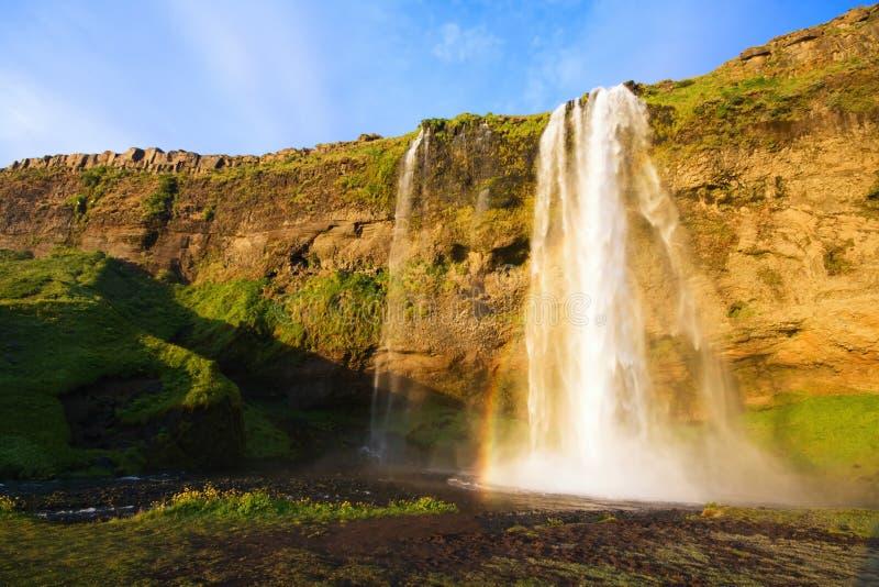 Cascade à écriture ligne par ligne de Seljalandfoss au coucher du soleil, Islande image libre de droits