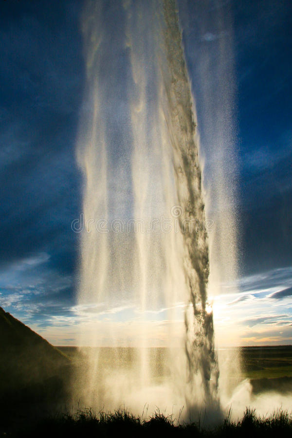 Cascade à écriture ligne par ligne de Seljalandsfoss en Islande photos stock